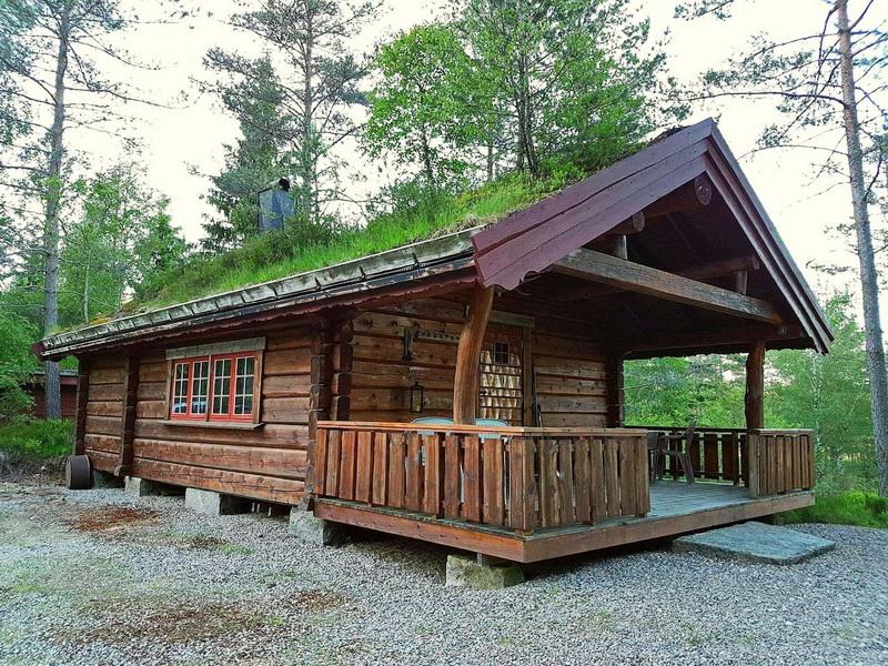 302 Vennesla. Laftet Skogs hytte.  Robåt.